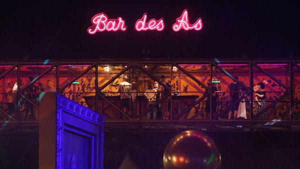 """Le bar suspendu a fait forte impression sur le festival """"En résidence secondaire""""."""