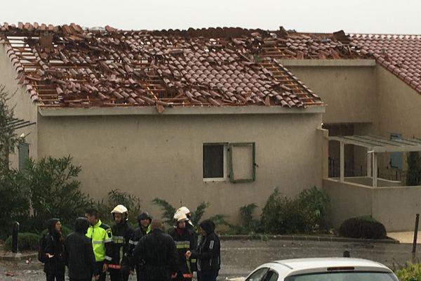 Un gros coup de vent a emporté la quasi totalité des toits d'une résidence et provoqué de gros dégâts. Les résidents ont été évacue et hébergé dans la salle polyvalente.