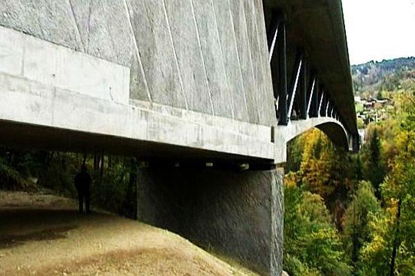 La structure de l'ouvrage donne au pont un aspect aérien.