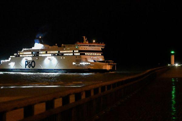 Un ferry P&O arrive à Calais en provenance de Douvres