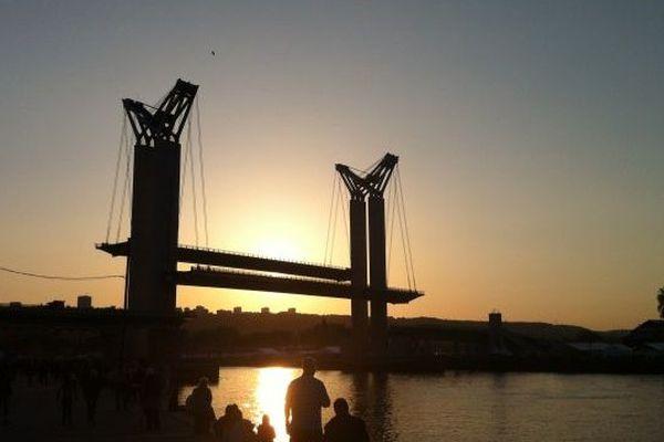 Le pont Flaubert s'est levé dans la nuit pour laisser passer les bateaux.