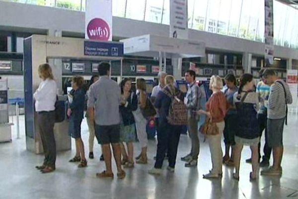 L'attente dans le hall des départs à l'aéroport de Montpellier