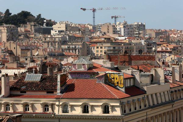 Illustration - La ville de Marseille, vue depuis les toits de la Canebière.