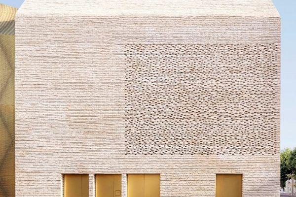 Le cinéma le Grand Palais de Cahors salué pour son architecture.