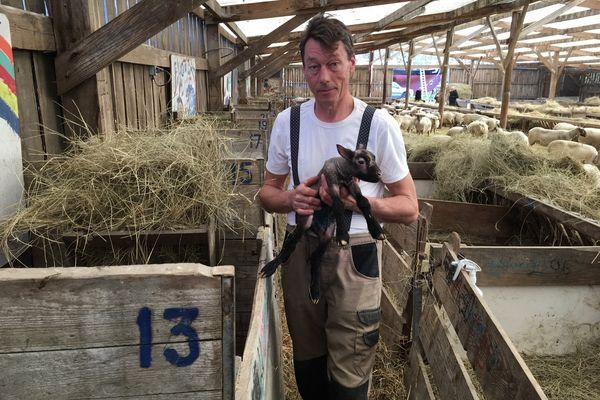 François Cerbonney n'arrive pas à se résoudre à détruire sa bergerie en pleine période d'agnelage