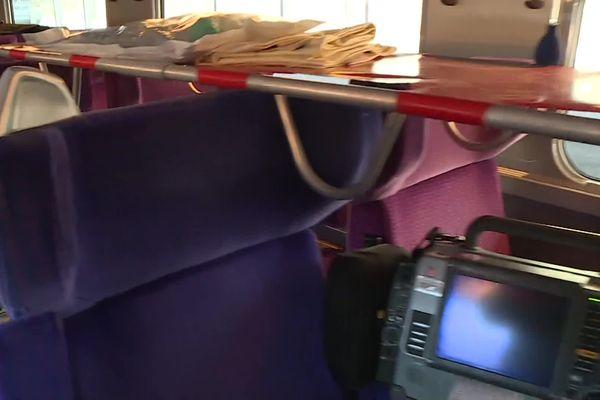 Les fauteuils de passagers restent en place dans les rames. Les brancards sont calés par-dessus.