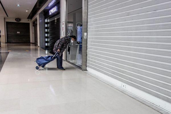 Dans un centre commercial pendant le second confinement