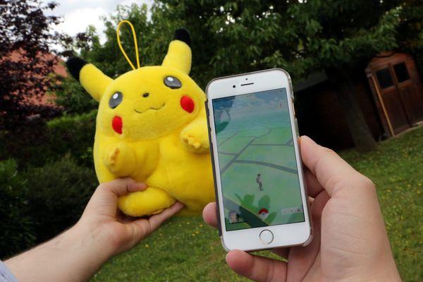 L'application Pokemon Go et la peluche collector Pikachu