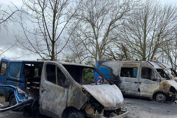 Véhicules incendiés avenue de la Révolution à Limoges ce mardi 4 février 2020.