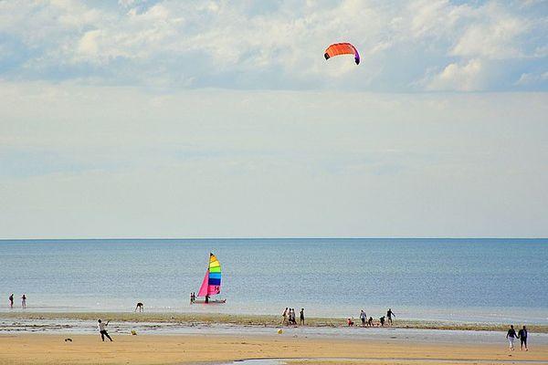 Quelques nuages élevés à l'horizon de la plage de Ouistreham ce DIMANCHE, à l'occasion du départ de la Normandy Channel Race, à suivre grâce à la page Facebook de France 3 Normandie.