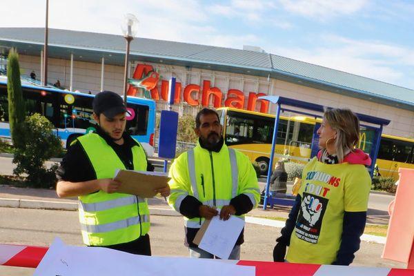 Devant Auchan à Grasse ce mardi