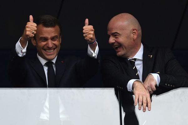 Le président français Emmanuel Macron et le président de la Fifa, Gianni Infantino à Moscou après la victoire de la France en Coupe du monde, le 15 juillet 2018.