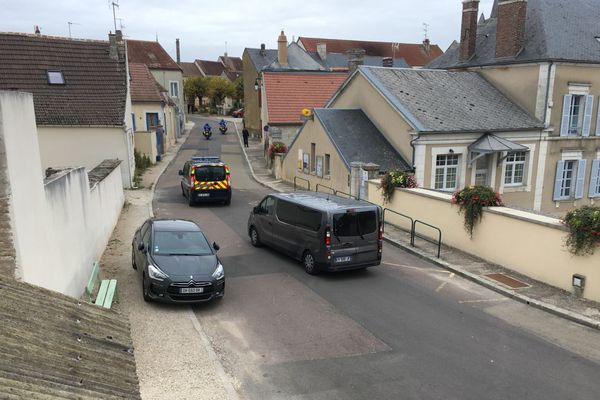 Des gendarmes encadrent le déplacement de Monique Olivier à Saint-Cyr-les-Colons mardi 2 octobre 2018