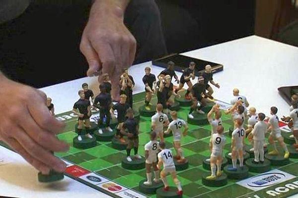Le jeu XV Academy peut se jouer sur tablette comme sur une table de salon, avec des figurines. Octobre 2015.