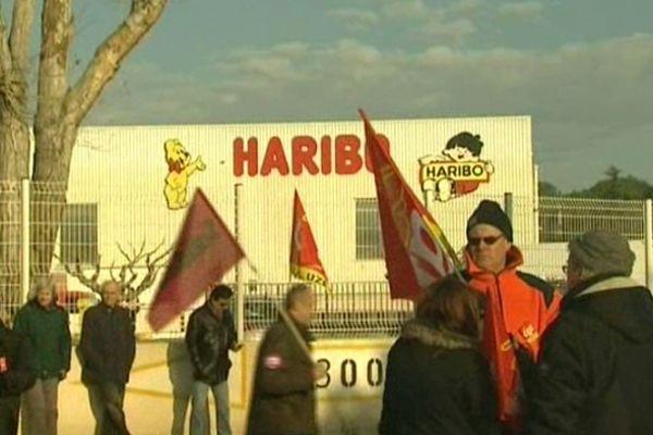 Manifestation devant l'usine Haribo à Uzès