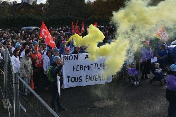Une nouvelle manifestation a eu lieu samedi 23 novembre 2019 pour tenter de sauver la clinique de Cosne-Cours-sur-Loire, dans la Nièvre.