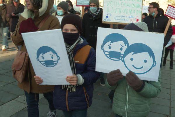 Des enfants et leurs parents ont défilé contre le port du masque à l'école, ici à Nantes.