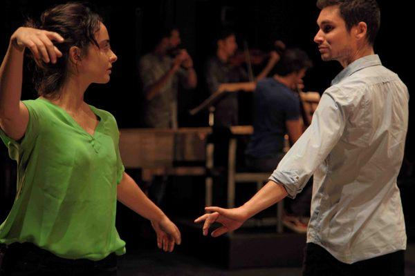 Bruno Benne, avec l'une des danseuses de sa compagnie Beaux-Champs.