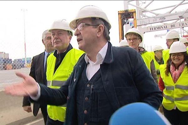 Photo France 3 Normandie : Jean-Paul Lecoq (à gauche) aux côté de Jean-Luc Mélenchon lors de la visite du port du Havre le mercredi 29 mars 2017 avant le grand meeting de campagne aux Docks du Havre.