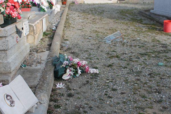 Au cimetière d'Osséja, les habitants ont découvert des vases cassés et des plaques arrachées ce 12 février.