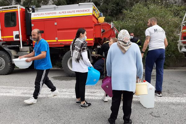 Les habitants de la Vallée de la Roya se ravitaillent en eau auprès des pompiers.