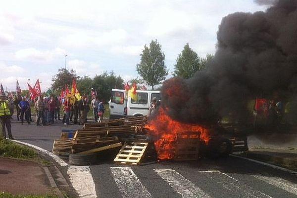 8e journée de manifestation contre la loi Travail : les grévistes bloquent le Pôle 45 à Ormes (Loiret)
