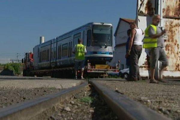 Ces wagons du tramway de Grenoble, arrivés le 5 août aux ateliers de construction du centre, apportent du travail aux salariés...mais pas pour tout le monde.
