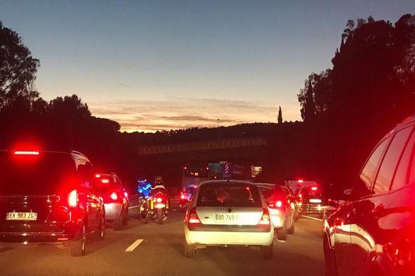L'autoroute A8 était d'abord coupée dans les deux sens de circulation en raison de l'incendie d'un camion transportant des matières dangereuses.