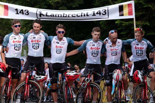 Les coureurs de l'équipe Lotto-Soudal ont observé une minute de silence pour rendre hommage à leur co-équipier, Bjorg Lambrecht.