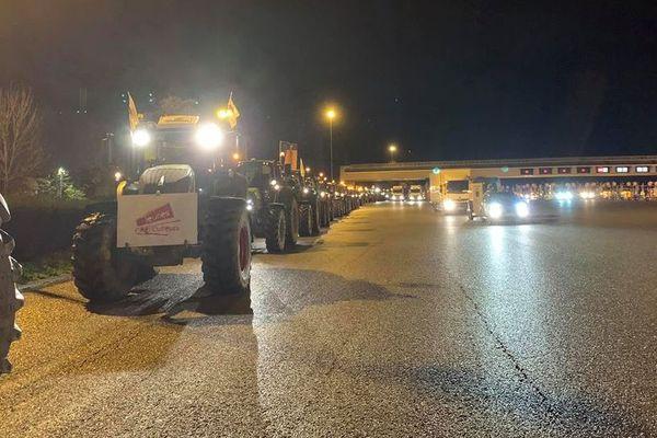 Les tracteurs en route vers Paris circulent sur la voie de droite de l'A13 et ne bloquent pas la circulation.