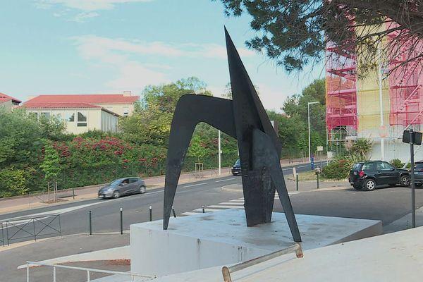 Taguée et abîmée, l'oeuvre du sculpteur américain Alexandre Calder fait triste mine à Perpignan.