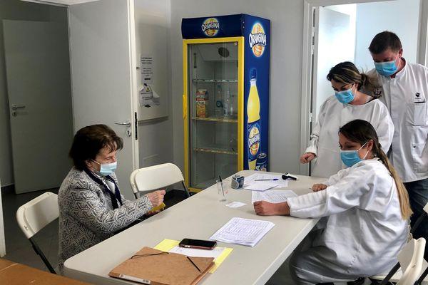 Dans la salle polyvalente du village, transformée en centre de vaccination, l'équipe soignante ne chôme pas.