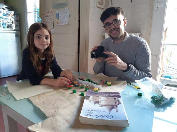 Alexandre Auguste utilise les hôtels et maisons du Monopoly pour faire ses maquettes