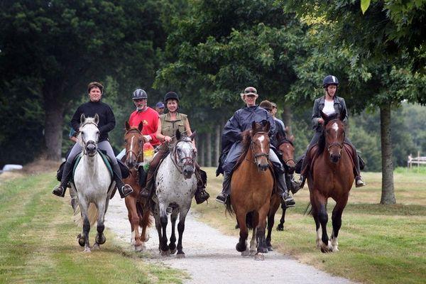 Groupe de cavaliers se dirigeant vers Châteaubriant pour participer à la 45e édition d'Equirando, en juillet 2008.