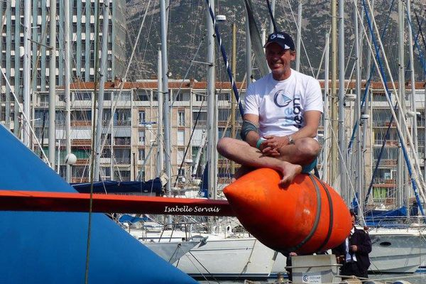 Sébastien Destremau, tout sourire, dans le port de Toulon le 23 mars dernier.