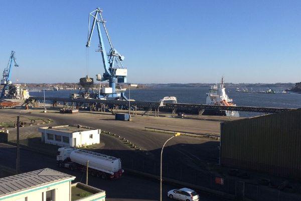 Les grues de déchargement des navires à quai, sur le port de Lorient (56)