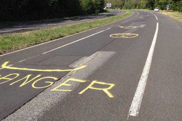 Les motifs en jaune sont destinés à interpeller les motards sur les différentes zones dangereuses de la chaussée