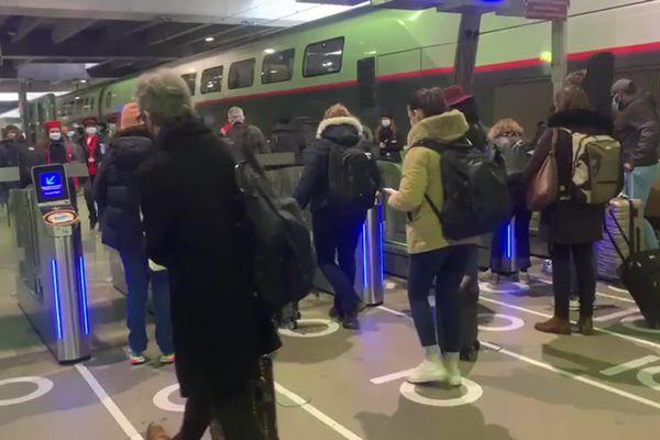 Au départ de Paris Montparnasse, les TGV en direction de Nantes étaient complets ce vendredi.