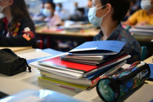 Le port du masque reste obligatoire à l'école dans certains départements.