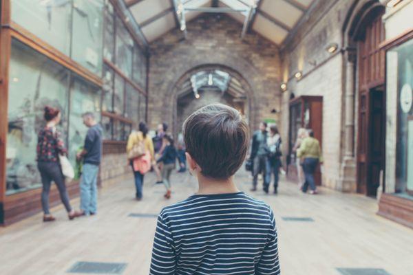 Enfant dans un musée en train de contempler les œuvres