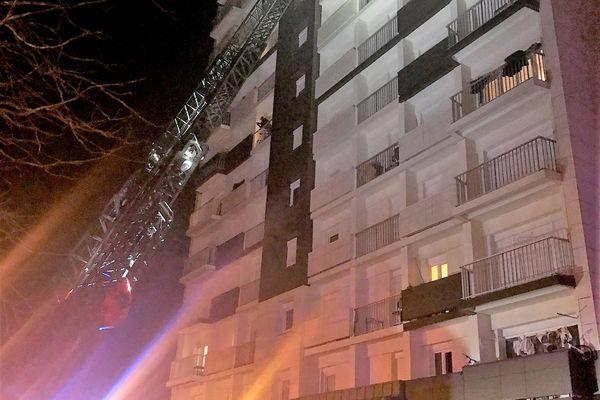 Des victimes sont secourues sur leurs balcons avec la grande échelle