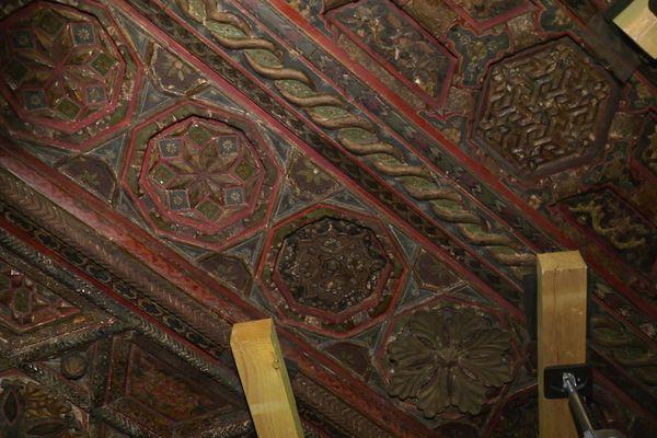 Le plafond de la mosquée qui avait été ramenée de Syrie est en cours de restauration.