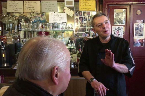 Calé derrière son bar, Gilles aime taquiner ses clients.