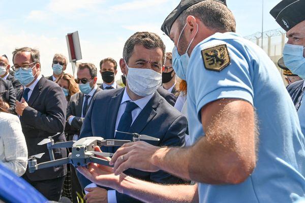 Gérald Darmanin lors d'un autre déplacement à Calais, en juin 2020, observe l'un des drones de la police.