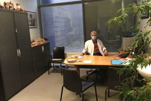 Le bureau du docteur David Rey, où se passe l'entretien médical.