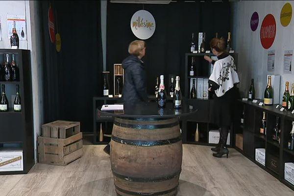 Une variété de champagnes locaux est vendue dans cette boutique éphémère à Château-Thierry, dans l'Aisne.