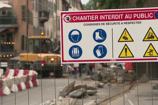 Traffic is disrupted in the city center in Annecy due to reconstruction work on the Albert Lebrun bridge