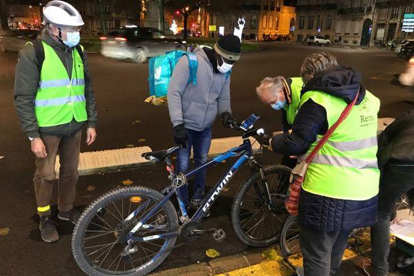 De nombreux étudiants et livreurs à vélo ont bénéficié ce vendredi soir des lumières de Vél'oxygène.