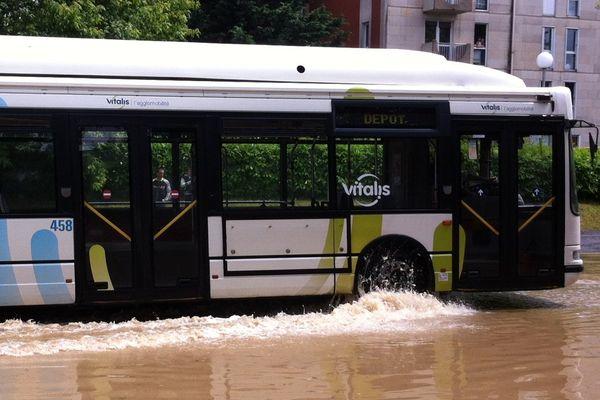 Un bus dans une rue de Poitiers