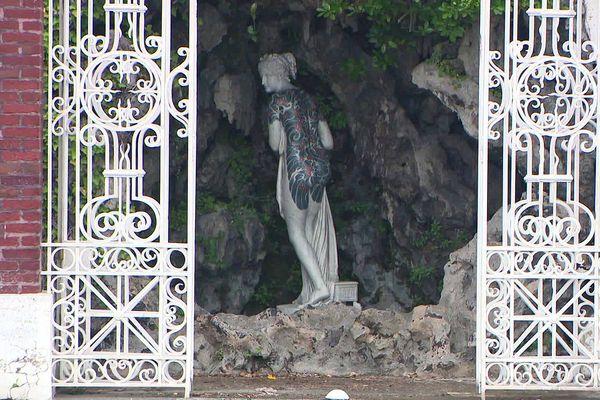 De l'encre injectée dans le marbre permet de créer ces sculptures oeuvres de Fabio Viale